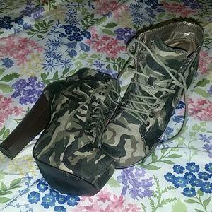 Platform high heel Camuflaje lace up ankle booties